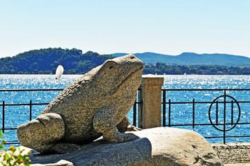 Belgirate, lungolago con statua della rana -Lago Maggiore