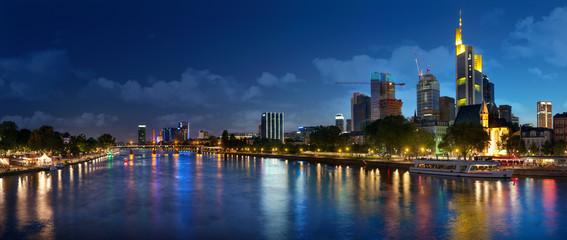 frankfurt city skyline nachts