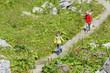 Zwei Jungs beim Bergwandern