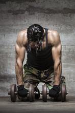 Zmęczony sportowiec mięśni