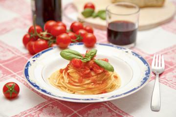Pasta al sugo di pomodoro con basilico