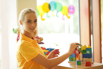 Frau bei der Kinderbetreuung