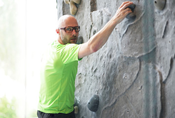 Mann an der Kletterwand
