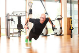 Mann mit Suspension Trainer