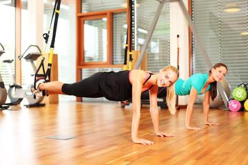 Frauen trainieren mit Suspension Trainer