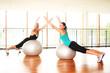 Frauen trainieren mit Gymnastikbällen
