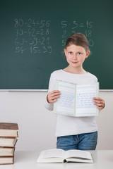Schülerin zeigt Schreibschriftheft