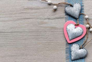 Holzhintergrund mit Herzen