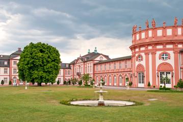 Biebricher Schloss mit Park und Springbrunnen