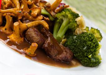 Reh - Schnitzel mit Pfifferlingen, Preiselbeeren