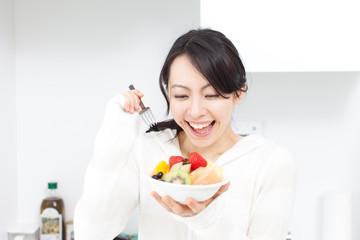 フルーツを食べる女性