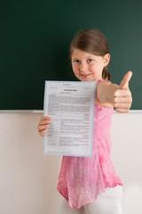 Schülerin mit Schulzeugnis