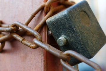 The hinged lock with a chain