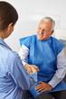 Senior schüttelt Hand einer Ärztin