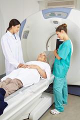 Arzt und Krankenschwester reden mit Patient