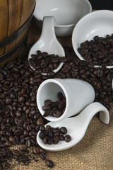 chicchi di caffe e bianche tazze
