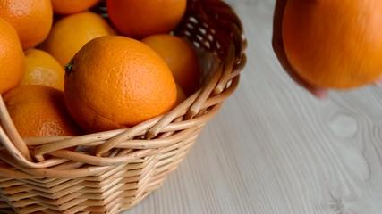 Chica mostrando una naranja de un cesto