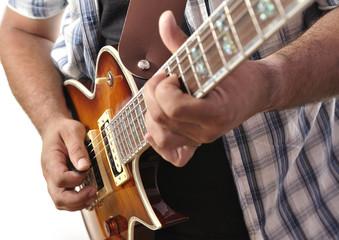 Tocando la guitarra eléctrica.
