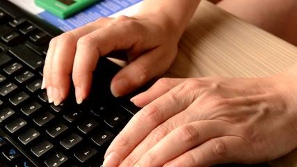 Una chica usando el ordenador en la oficina