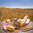Brot vor einem sommerlichen Getreidefeld