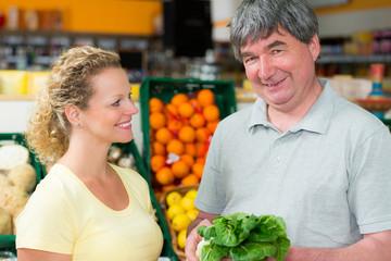 hausfrau wird im biomarkt gut beraten