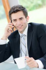 freundlicher geschäftsmann beim telefonat