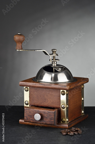 Alte Kaffeemühle mit Kaffeebohnen