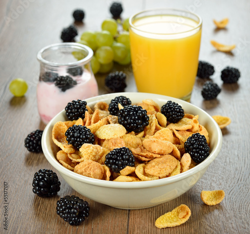 Cornflakes with blackberries