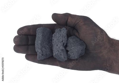 Hand eines Schwerarbeiters mit Koks freigestellt