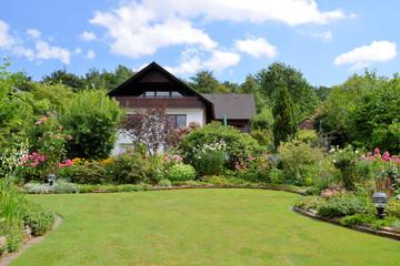 Gartenanlage im Sommer