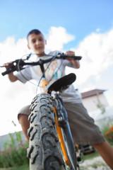 Knabe auf Fahrrad