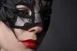 junge Frau trägt Maske