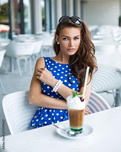 Fototapeta Piękne kobiety z mrożonej kawy