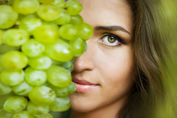 Красивая девушка с виноградом