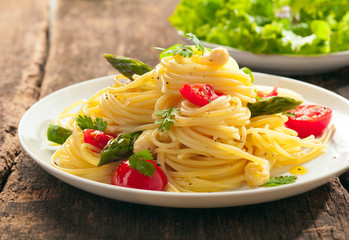Spaghetti with fresh green asparagus