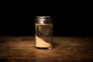 Spice shaker with powdered garlic