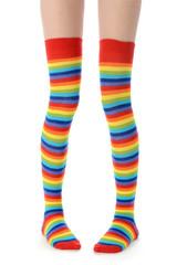 Beine mit bunten Ringelstrümpfen