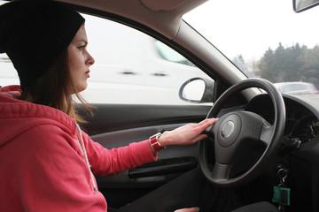 junge Frau beim Auto fahren