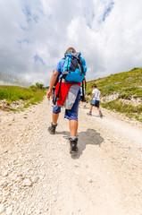 Giovane ragazzo in escursione in montagna