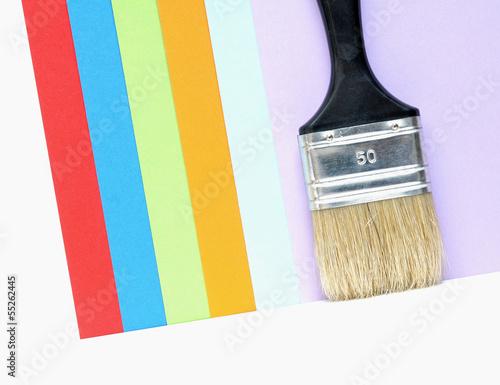 Malerpinsel vor Farbmuster