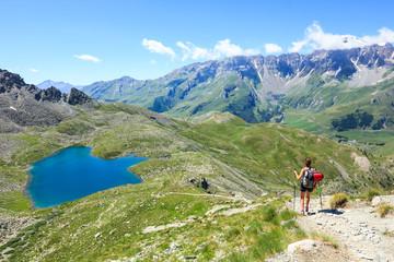 Trekking in montagna verso il lago