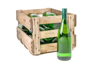 alte Weinkiste aus Holz befüllt mit Weißweinflaschen