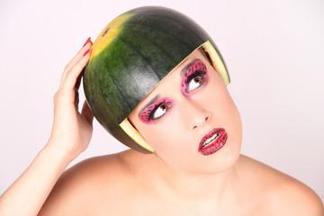 Mujer con sandia en la cabeza