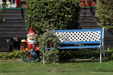 Gartenzwerg und Gartenbank