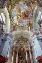 Vienne - Coupole et l'autel de l'église baroque de Maria Treu.