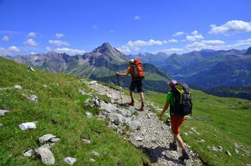 Paar bei Bergwanderung