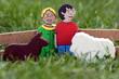 Bauer und Bäuerin sowie Nutztiere aus Holz, Wiese