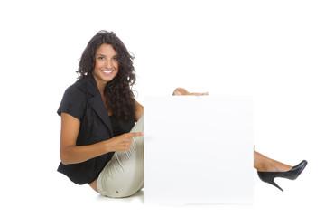 Dunkelhaarige Frau hält leeres Plakat vor sich