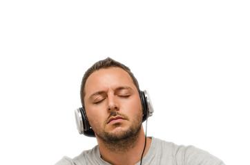 Uomo ascolta musica con cuffie