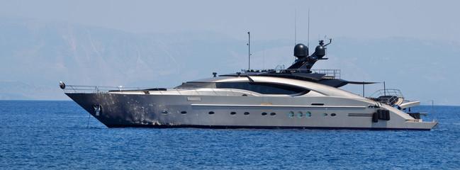 Luxuriöse Motoryacht am Meer